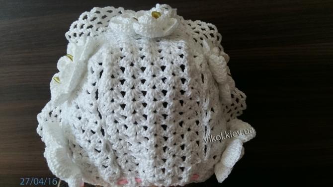 вязаный затылок в детской шапочке белого цвета