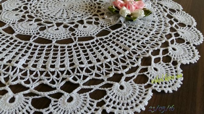 нежные узоры круглой салфетки вязаной