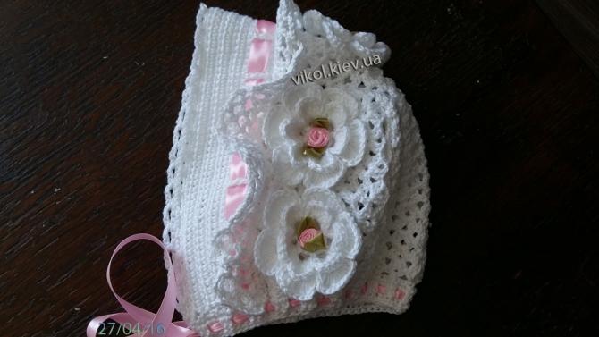 детская вязанаябелая шапка крючком с цветочками