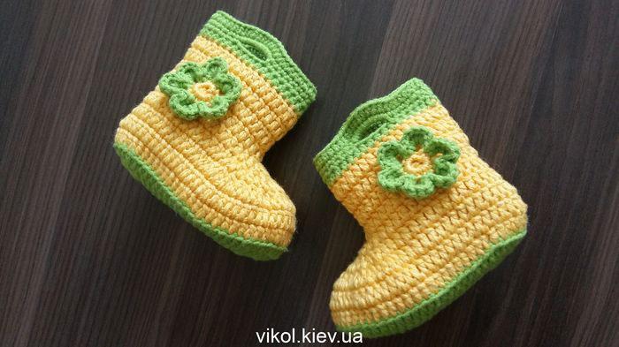 Пинетки сапожки с цветком вязаные крючком на заказ в Киеве