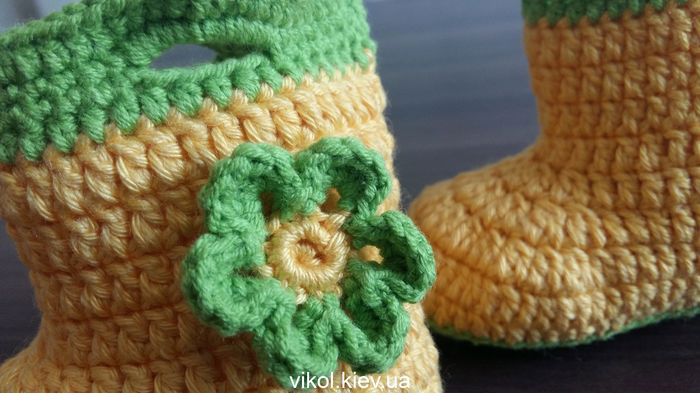 Вязаный цветок крючком для сапожок пинеток фото