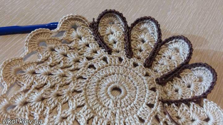 Вязание красивых двухцветных подставок под горячее